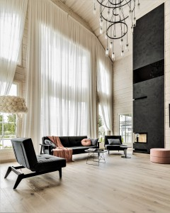 Dzīvojamā istaba ar augstiem aizkariem
