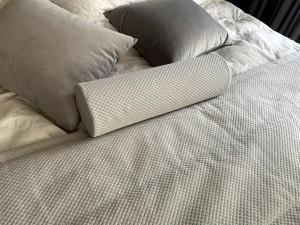 pelēcīgs gultas pārklājs