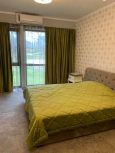 zaļganīgs gultas pārklājs