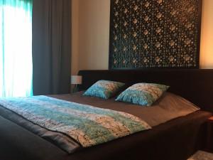 Tumšs gultas pārklājs