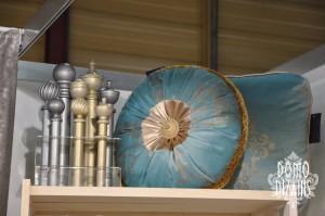 Domo Dizains aizkaru salona displejs ar dekoratīvo spilvenu