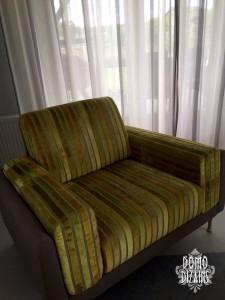 Zaļganīgs mēbeļu audums uz klubkrēsla