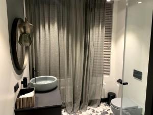 Aizkari vannas istabā
