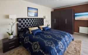 Zils gultas pārklājs